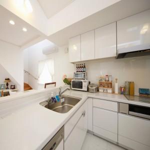 主にお一人でキッチンに立つことが多い場合には、あまり動かずにあちこち手が届くL型のキッチンもおススメ。作業スペースも広くとることができます。