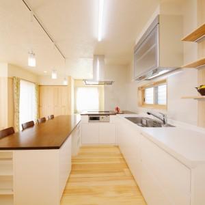 ダイニングテーブルをつなげてコの字型にセットしたオーダーキッチン。親子でキッチンに並んだり、ホームパーティーを行ったり、フレキシブルに使えて便利です。