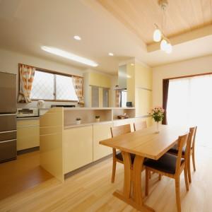 背面にも収納スペースを備えた対面キッチン。手の届きにくい吊戸は無くして窓を設置しているので、日中は照明を点けなくても明るさを確保。