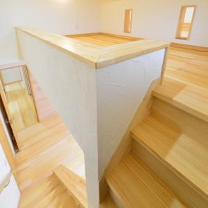 寝室上に設けたロフトスペース。天井高さは140cmしかないので床座になりますが、固定階段で繋がっているので昇降は楽々。ご主人専用の書斎スペースや趣味室として。