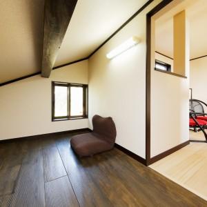 4帖ほどの小屋裏スペース。もみの木の床や梁をダークブラウンに塗装し、籠もり感のある落ち着いた空間に。夏場は南側の部屋より涼しく快適です。