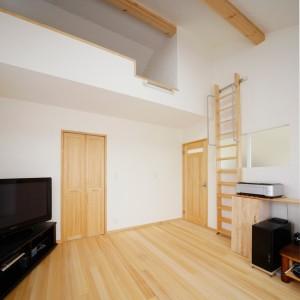 ロフトと大容量のW.I.C.が付いた寝室。扉も無垢材で揃え、ナチュラルな空間に仕上げました。