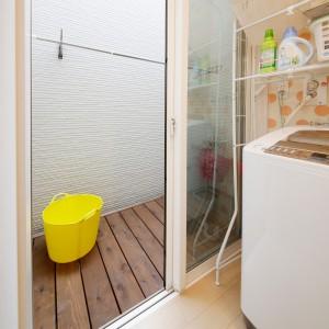洗面脱衣室の外に陰干しできるデッキスパースを設けました。洗濯機のすぐ脇なので重い洗濯物を運ぶ距離が少なくて済み、便利です。