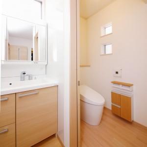 洗面台は玄関からリビングに入る手前に位置しているので、家に帰ったらまず手洗い、が無理なく出来ます。トイレのすぐ脇にある為、手洗い付きのタンクや手洗い器を個室内に設ける必要が無く、空間を広く確保できます。