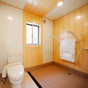 座り姿勢で全身シャワー浴をすることができる設備を備えたサニタリールーム。介助の負担を軽減しつつ、介助される側にもご満足いただけるような配慮です。