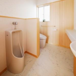 1階に男性用小便器を併設したトイレ。余裕のある広さなので掃除し易くなっています。男性の家族やご来客が多い場合には、完全に仕切って2部屋にするのも良いでしょう。