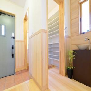 帰宅してすぐ手洗いができるよう、シュークローゼットの脇に手洗い器を設けました。開閉可能な小窓も設け、明るく爽やかな玄関です。
