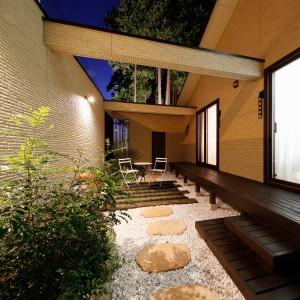 縁側風の木製デッキでナチュラルに仕上げた中庭は、通りからの視線を遮ってくれるので、昼夜問わず寛げる癒し空間に。大半を防草シート+砂利敷としたので、草取りなどお手入れを毎日行わずとも綺麗な空間を保てます。