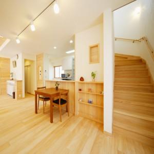 ダイニングキッチンの脇に配置した階段。階段下の空スペースは、ゴミ箱置き場にして有効活用。階段入口にはロールスクリーンが設置できるようになっています。