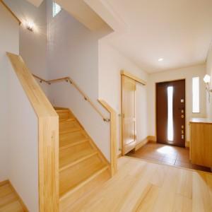 玄関近くに配置された階段は、1100mmの横幅をとり、洗濯籠や大きな荷物の上げ下ろしでも余裕のある広さ。照明もお洒落なものをセレクトしました。