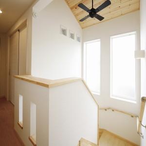北側でも大きな窓で明るい階段ホール。リビング階段となっている為、上部にファンを取り付けました。