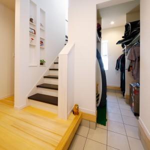 蹴上げと踏板を別色にした玄関。奥行きはありませんが大きめのニッチに小物や花を飾れて自分らしさを演出できます。