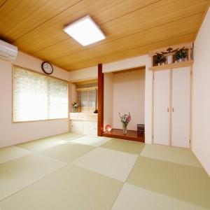 仏間と床の間、神棚も置かれた和室。縁無畳と和紙ブラインドで、リビングの続き間としても違和感が無いよう、日本間の雰囲気を和らげています。