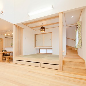 地窓と吊押入、間仕切り格子をお洒落に組み合わせた畳コーナー。階段の途中に設けてあるので昇降も楽々で腰掛けるにもちょうど良い高さ。小上がりの下に抽斗収納を設ることもできました。