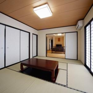 2間続きの和室の南側は、来客時にも重宝する堀炬燵を備えた8帖間。隣のリビングとも2枚引込の襖戸で繋がっています。