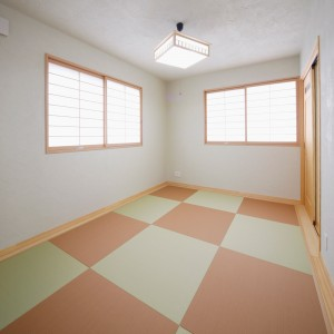 2色の縁無畳を市松状に貼った斬新な和室は、家具次第で洋風にも。縁無畳はカラーバリエーションも豊富です。お洒落な和洋折衷空間にしたい方や、一般的なものでは物足りないという方は、ご相談ください。