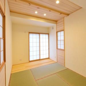9.標準的な畳を採用した独立和室。上げ下げ窓の障子も可愛いアクセントになっています。一番南側の半間は板の間にし、畳の日焼けにも配慮しました。