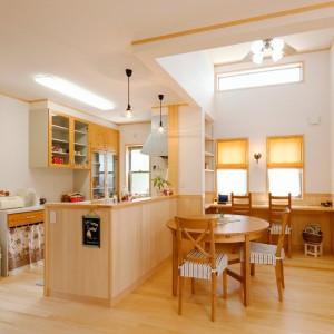 キッチン背面の高さに合わせてもみの木の腰壁を施工したダイニングキッチン。カントリー調の小物で揃えて毎日の料理が楽しくなる可愛い空間に。