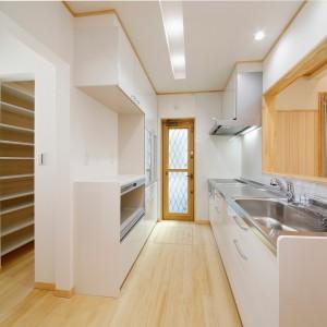 対面キッチン・家電収納・食器棚のスタンダードな組み合わせ。家電収納のすぐ裏側に大容量のパントリーを設置しています。