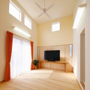 スキップフロア構成により実現した、天井高4m20cmのリビング。壁には部分的にもみの木と薄黄色の漆喰を施工し、温かみのある空間に仕上げています。