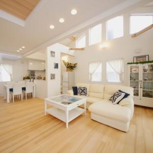 白いインテリアで統一された爽やかなリビングダイニング。東側の勾配天井部には大きな台形のFIX窓を配し、明るさも申し分ありません。