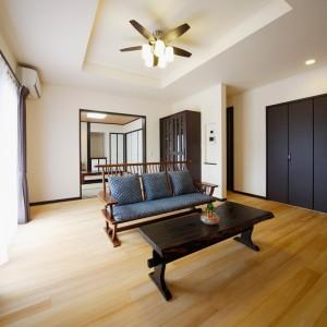 濃茶色の家具や建具、続き間の和室で、落ち着いた和の趣のリビング。北側に大容量のクローゼットを設けているので、日用品はしっかり目隠しして収納できます。