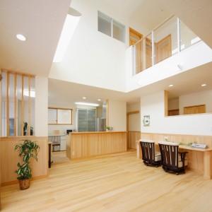 家の中央部に設けた吹き抜けのリビング。2階にはライトスルーの手摺を採用しているので、階上からの光も取り込めるようになっています。