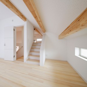 スキップフロア構成の寝室~ロフト。構造上一部天井高さが低くなりましたが、工夫次第で変化のある空間構成を楽しめます。