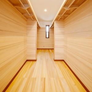 床はもちろん枕棚下全面にもみの木を貼った、主寝室脇のウォークインクローゼット。最近は4帖以上のスペースを確保するお客様も珍しくなくなりました。「樅の木の家仕様」ですと、枕棚とパイプハンガーも木(桐)製が標準です。