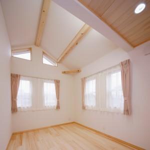 外観デザインも考慮し南側ハイサイドにも窓を設けた勾配天井の寝室は、実面積以上の広さを感じます。
