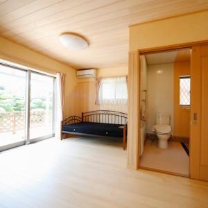 すぐ脇にサニタリールームを配置した寝室。ウッドデッキにもすぐ出られるよう、段差を極力無くしたバリアフリーの空間です。