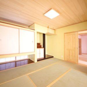 リビングの北側に設けた本格的な設えの和室。横長のスリット窓は押入れの上下に配し、リビングとの間仕切りにはガラスの入った障子風の格子柄引戸にすることで明るさを確保。神棚・仏壇・床の間を省スペースにまとめました。